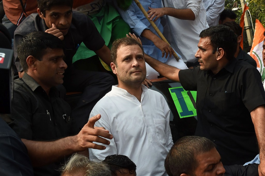 President of the Indian National Congress Party Rahul Gandhi (C) looks on during a protest outside the Central Bureau of Investigation (CBI) office in New Delhi on October 26, 2018. - Prime Minister Narendra Modi's government on October 24 removed the chief of India's federal investigation agency and his deputy after months of infighting that saw the pair accusing each other of corruption. (Photo by Money SHARMA / AFP)